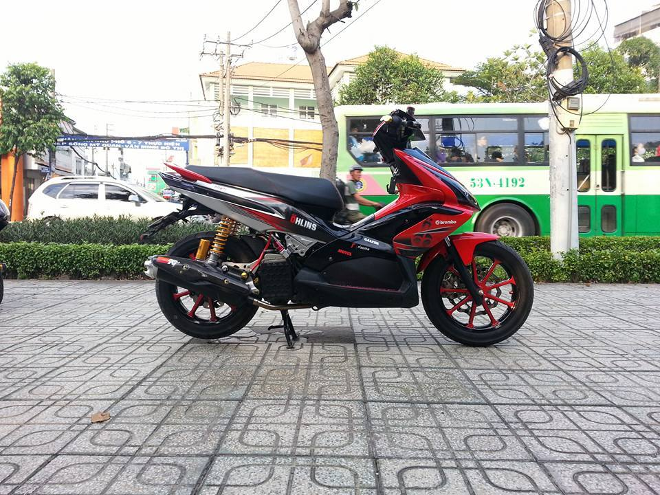 Honda Air Blade son tem dau cung nhieu do choi hang hieu