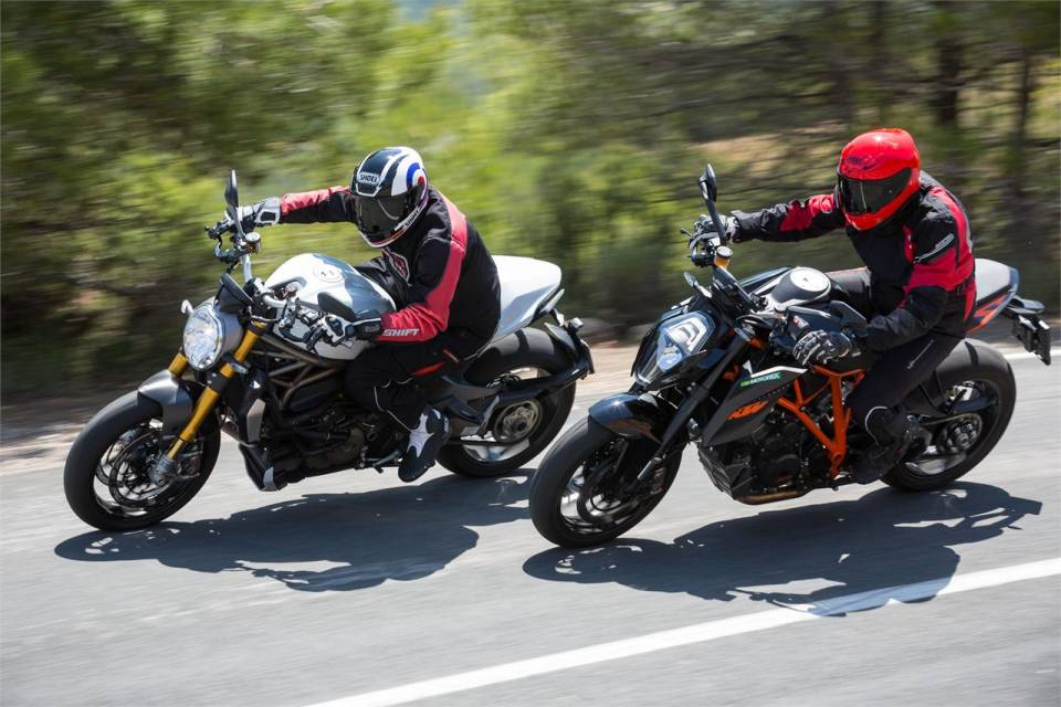Ke tam lanh nguoi nua can KTM Duke Super 1290 R vs Ducati Monster 1200S - 11