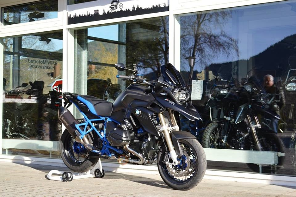 La mat voi chiec BMW R1200GS do tu Martin Edition