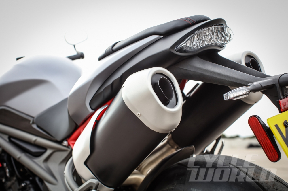Can canh moto TRIUMPH SPEED TRIPLE R 2016 - 10