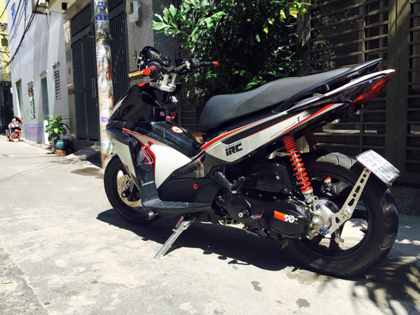 Honda Air Blade lot xac nho dan do xe