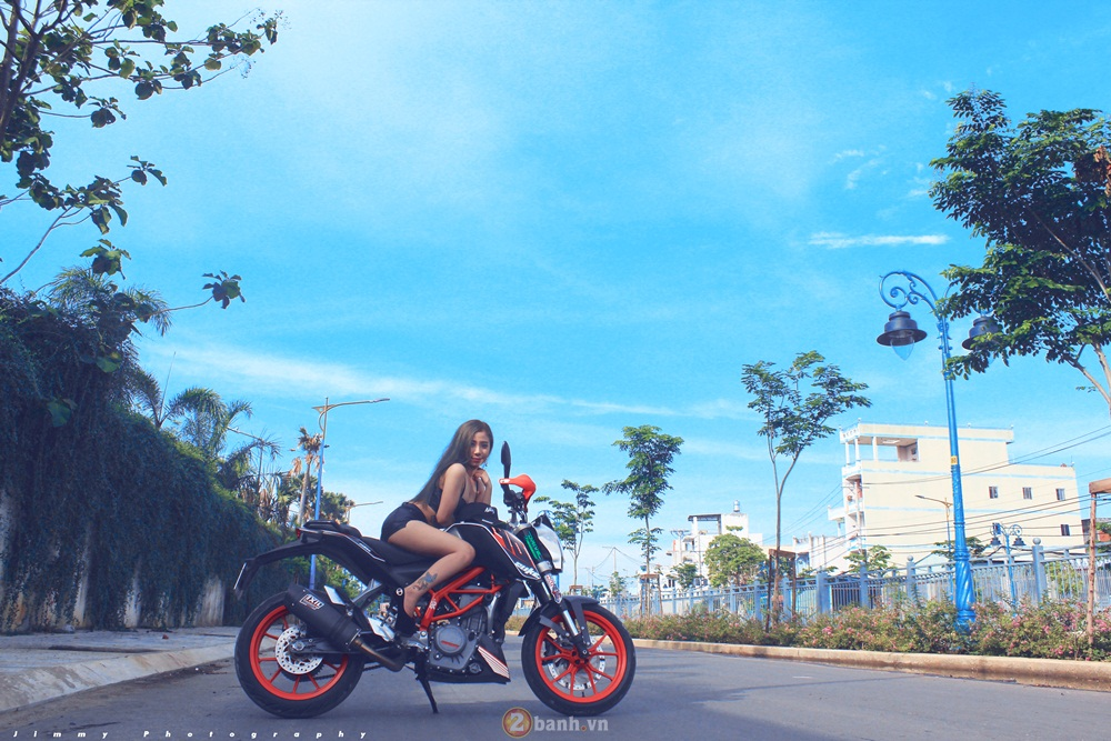 KTM Duke 390 tu tin do dang cung hot girl - 5
