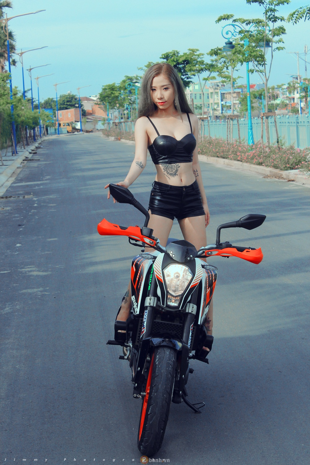 KTM Duke 390 tu tin do dang cung hot girl - 9