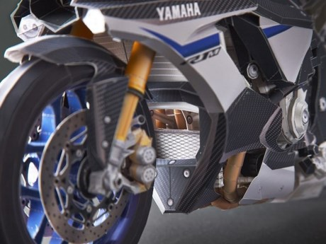Cung ngam mo hinh Yamaha R1M co ti le 15 so voi xe that - 2