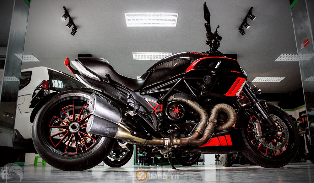 Ducati Diavel phien ban Candy Red tu Showroom H2 Decal
