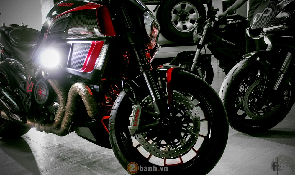 Ducati Diavel phien ban Candy Red tu Showroom H2 Decal - 10