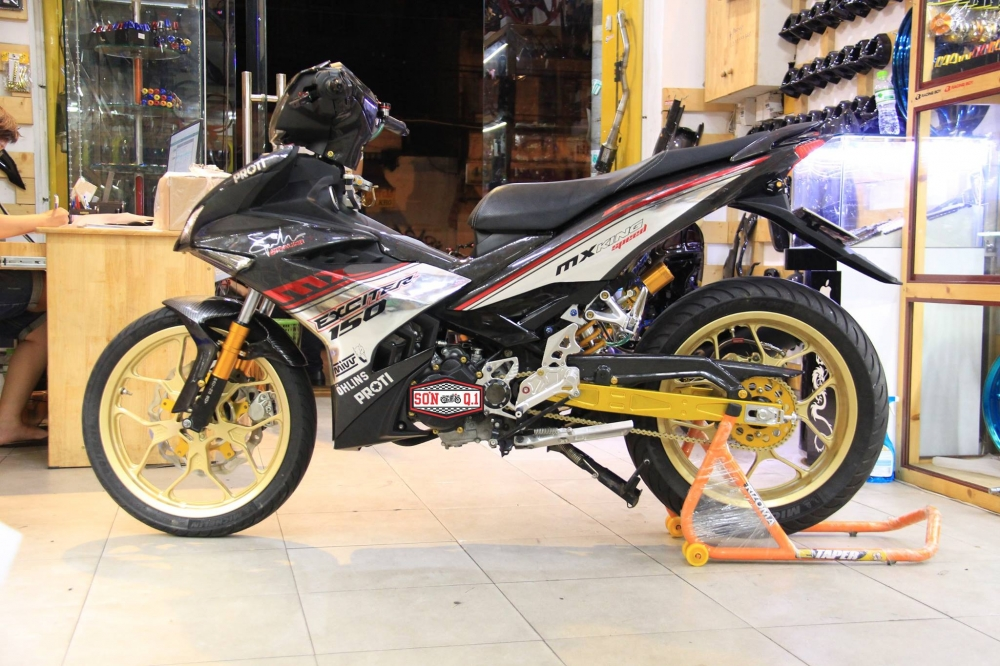 Exciter 150 do khung trong bo canh Carbon cung dan chan R3