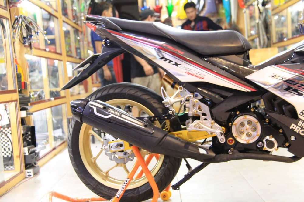 Exciter 150 do khung trong bo canh Carbon cung dan chan R3 - 11