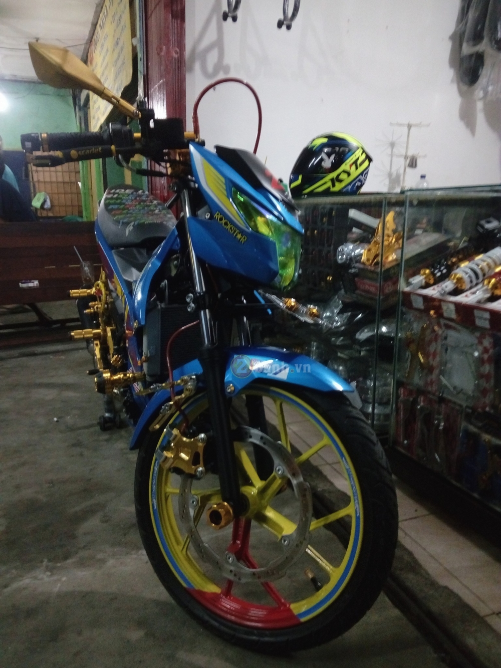 Satria F150 Fi do lung linh voi rat nhieu do choi chat - 7
