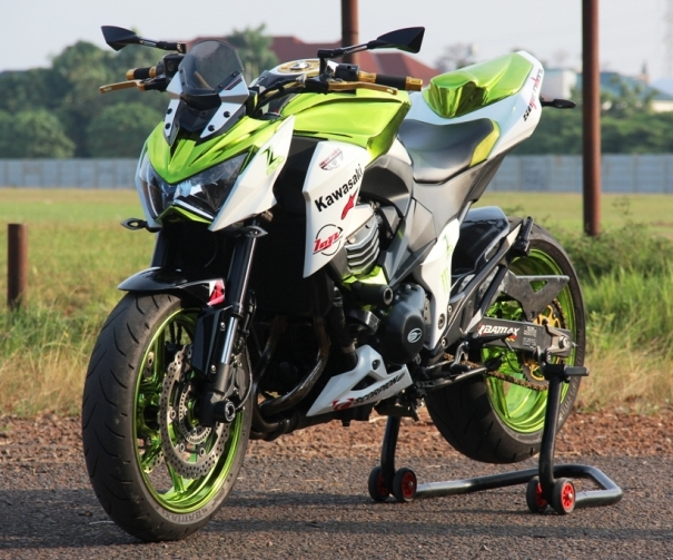 Z800 manh me noi bat voi bo canh Green Chrome