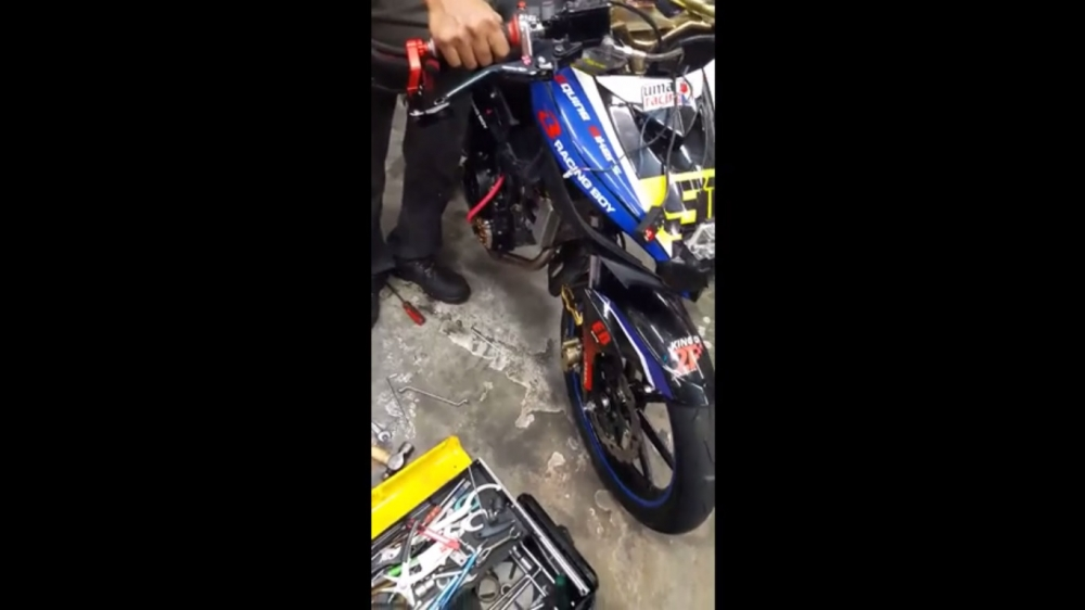 test dan hoi cuc khung cua doi dua Uma Racing tren Exciter 135 5 so