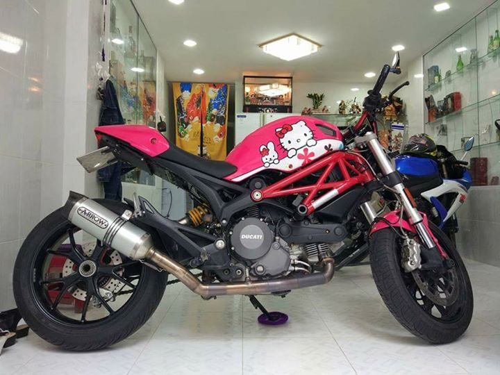 Ducati Monster 796 phong cach Hello Kitty