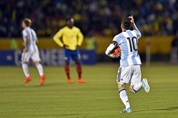 Messi lap hattrick Argentina gianh ve du World Cup an tuong