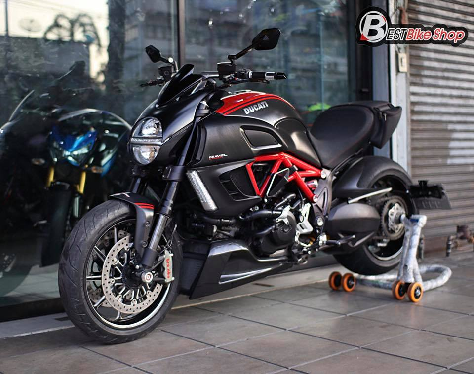 Ducati Diavel Red Carbon lot xac toan dien tu full body kit Rizoma