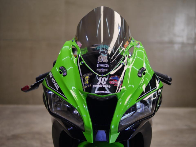 Kawasaki ZX10R bong bay voi dan do choi hang hieu