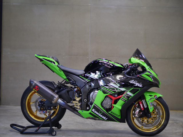 Kawasaki ZX10R bong bay voi dan do choi hang hieu - 4