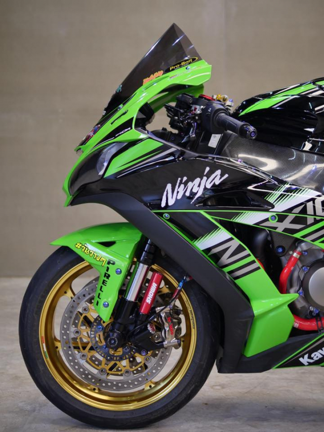 Kawasaki ZX10R bong bay voi dan do choi hang hieu - 8