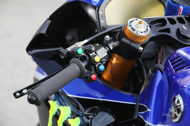 Yamaha R1 do hap dan voi su tai tro tu Monster Energy - 4