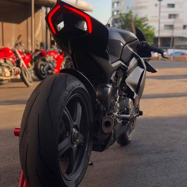 Ducati Panigale V4 do gay can voi dien mao Fullsix Carbon - 9