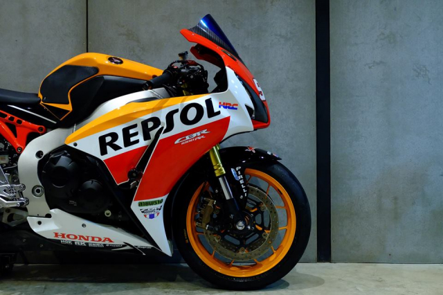 Honda CBR1000RR do day loi cuon trong dien mao Repsol Racing