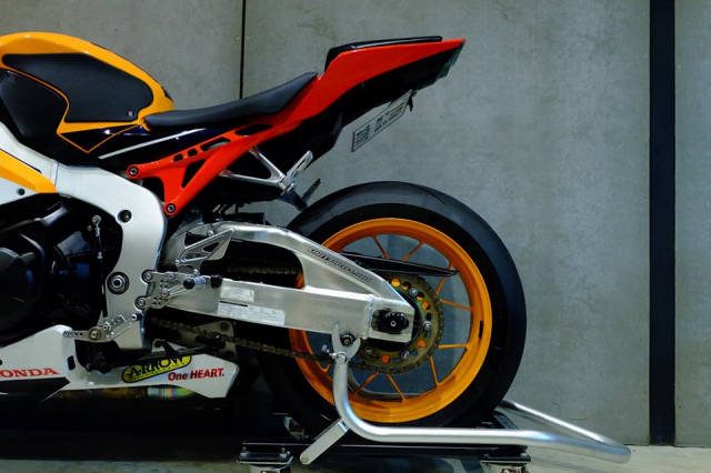 Honda CBR1000RR do day loi cuon trong dien mao Repsol Racing - 16