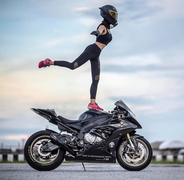 BMW S1000RR do cua co nang Gymer va chu ca full black