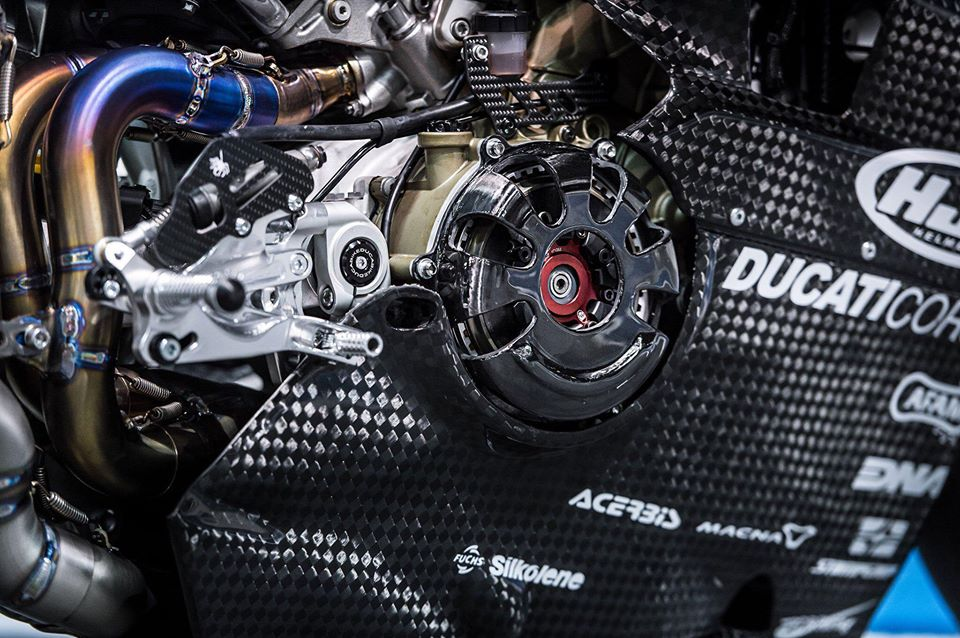 Ducati Panigale V4 do day gay can voi dien mao Full Carbon - 9