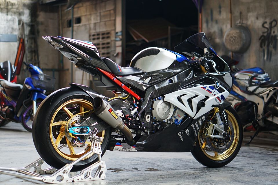 BMW S1000RR do day loi cuon trong dien mao HP4 Race - 6