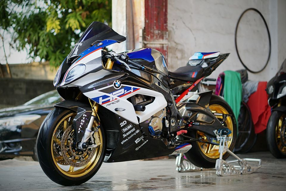 BMW S1000RR do day loi cuon trong dien mao HP4 Race - 4